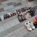 ¿Es saludable dejar los zapatos fuera de casa?